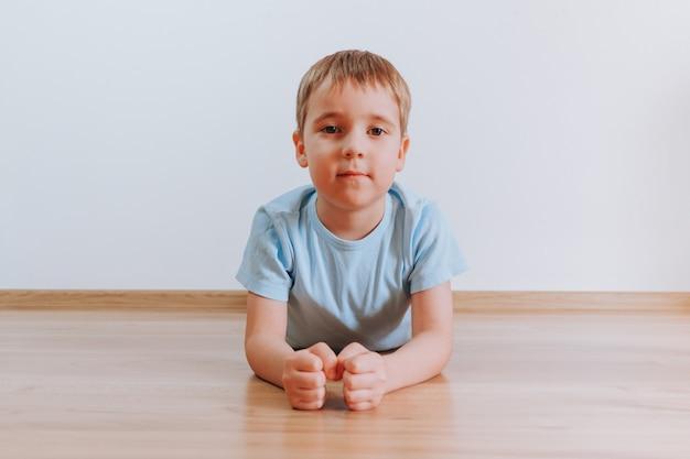 Портрет мальчика малыша делать упражнение опалубки на дому
