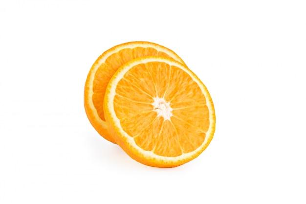 白で隔離される新鮮なオレンジのスライス