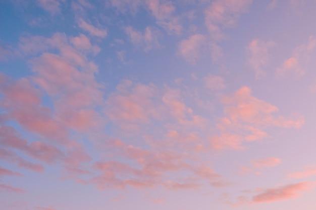 Цветные облака на закатном небе