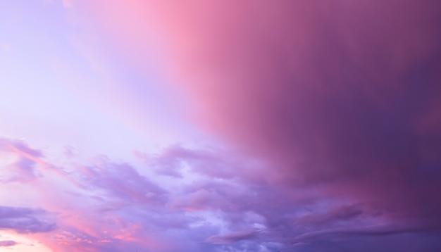 夕焼け空にカラフルな雲