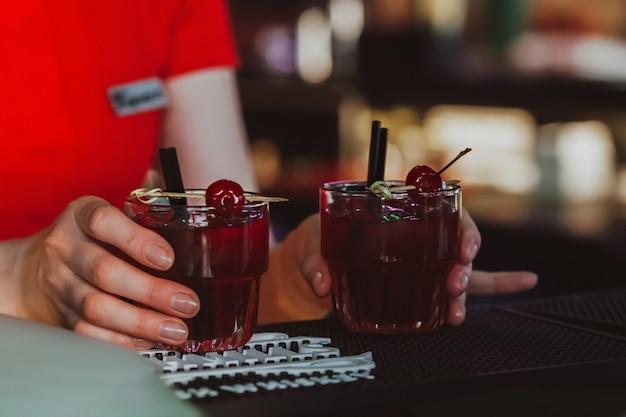 Коктейль негрони, красный коктейль в баре