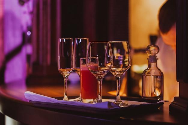 Пустые стаканы в ресторане
