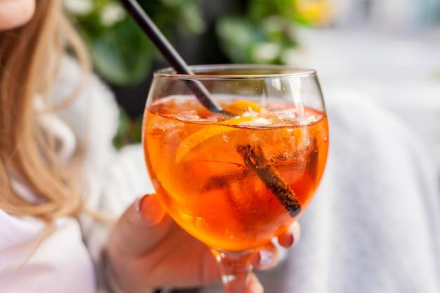 アペロールスプリッツカクテル。アイスキューブとオレンジのアルコール飲料