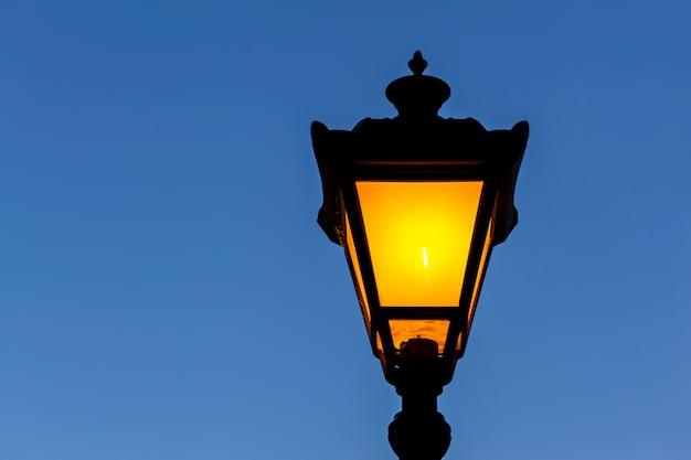 Уличный фонарь на голубом небе