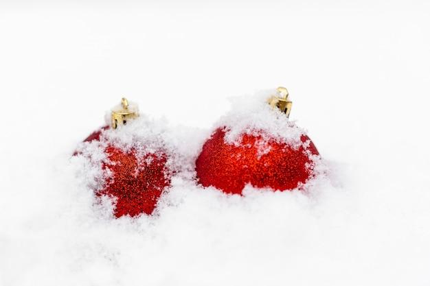 雪の上の赤いクリスマスボール。