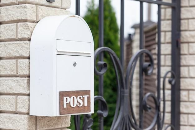 通りの新しい白い郵便受け
