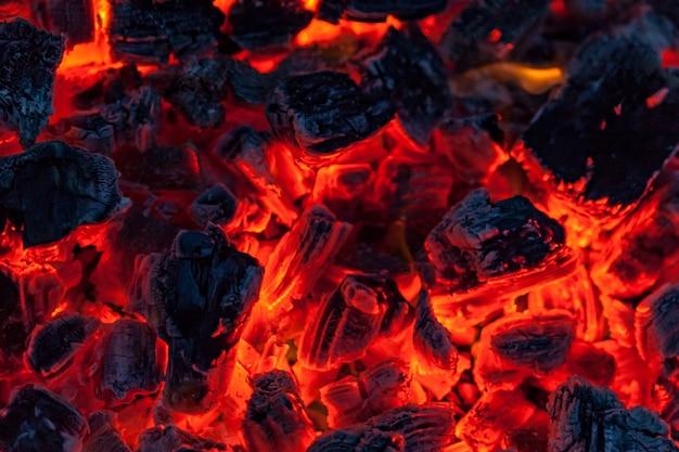 キャンプファイヤーの背景の石炭