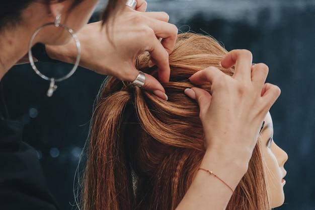 Тренировочная укладка волос на манекене