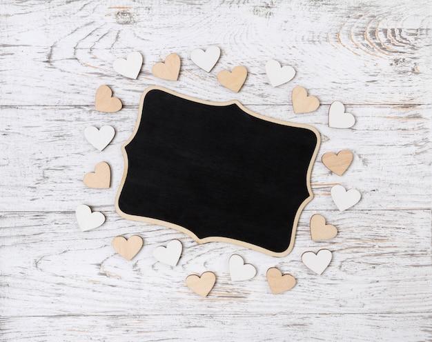 素朴なテーブルに木製の心を持つ空白記号