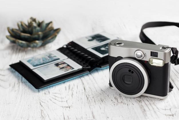 Фотоальбом с фотографиями и винтажной камерой