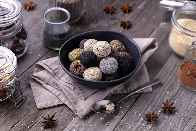 Сырая энергия кусает шарики, приготовленные с натуральными ингредиентами на старом деревенском деревянном фоне