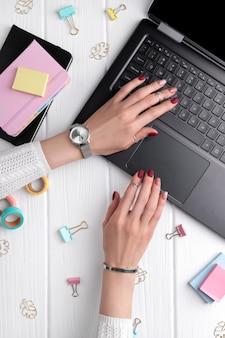Женщина с минимальным розовым весна лето дизайн маникюра, набрав на клавиатуре