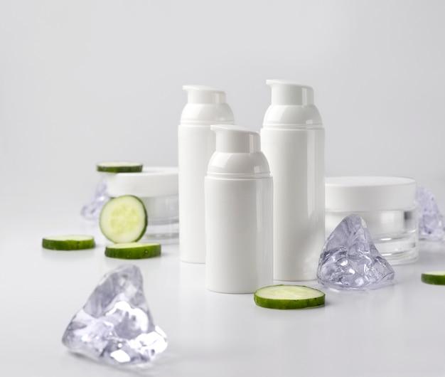 キュウリと氷の化粧品クリームボトルのセット。