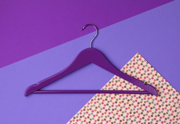 トップビューフラットは、紫の流行色の単一の木製ハンガーを置きます。