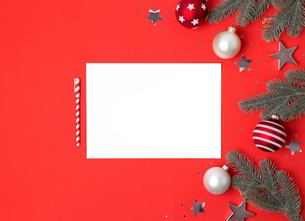 クリスマスの装飾、トップビューで空白の紙シート