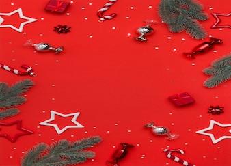 Новогодние или рождественские украшения на красном столе