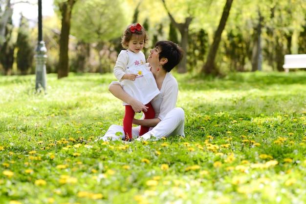 庭で午後を過ごす母と娘