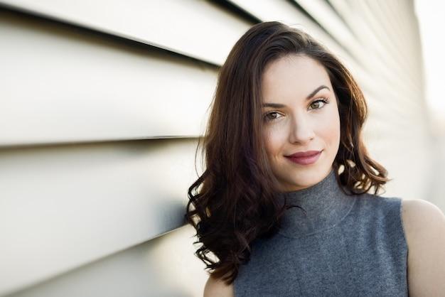 ブルネット若い女性のクローズアップ