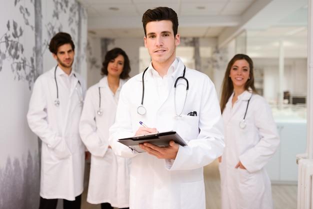 彼の最初の日に若い開業医