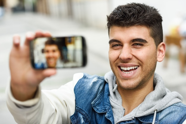写真を撮る笑顔男