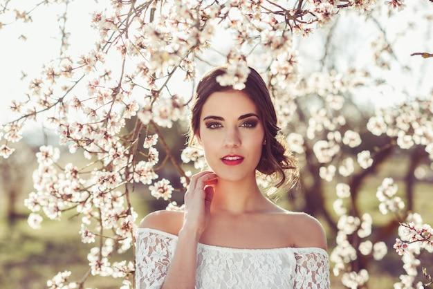 彼女の首に触れるブルネットの花嫁のクローズアップ