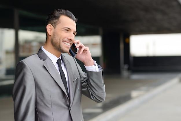 Стильный менеджер с мобильным телефоном