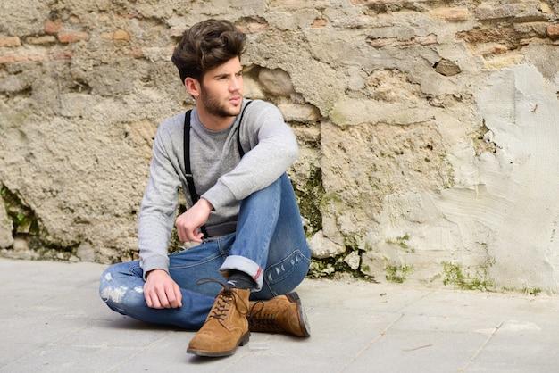 地面に座って魅力的な男