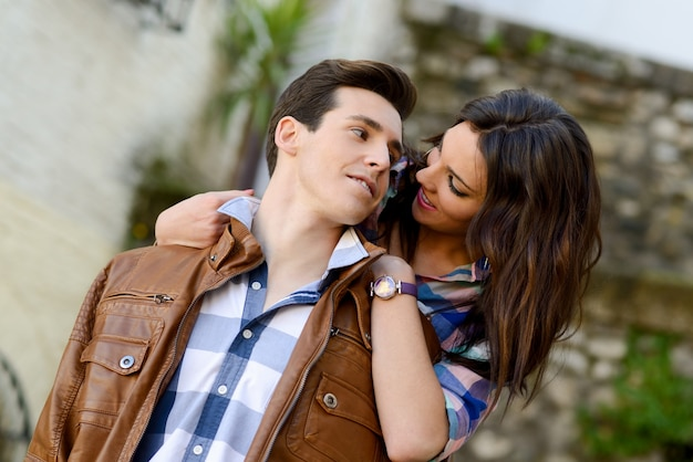 ストリートでのロマンチックな若いカップルのクローズアップ