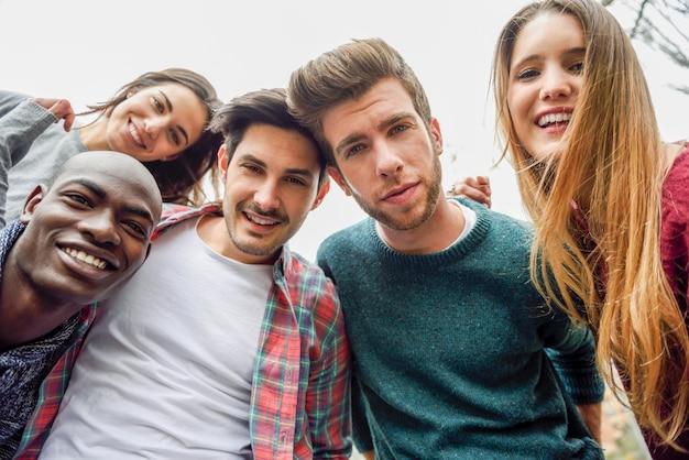 笑顔の人々のグループ