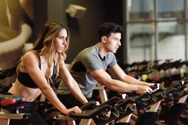 Езда на велосипеде оборудования здоровый пригодности