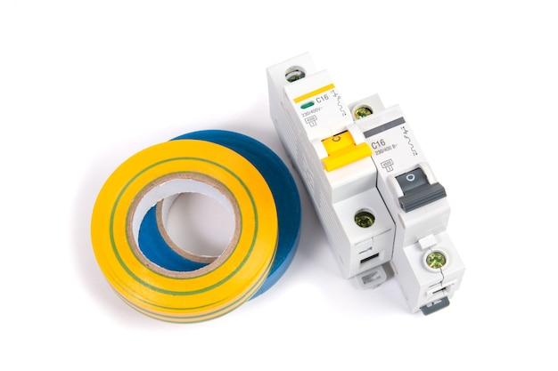 電気モジュラー回路ブレーカーと絶縁テープ。電気ネットワークの保護と切り替え。