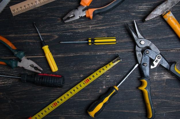 暗い木製のテーブルにさまざまな作業ツール。