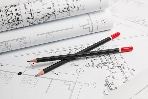 建築計画。エンジニアリングハウスの図面、鉛筆、青写真。