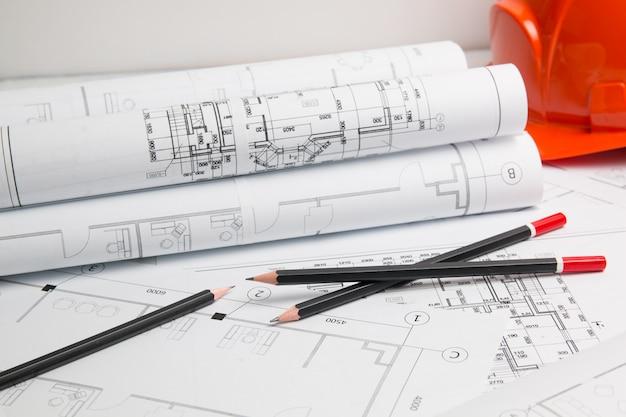 建築計画。エンジニアリングハウスの図面、ヘルメット、鉛筆、青写真。