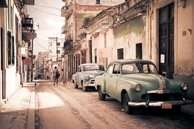 ハバナの通りにビンテージレトロ車