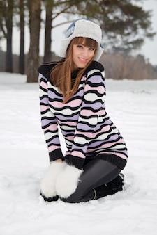 冬の帽子で美しい少女の肖像画