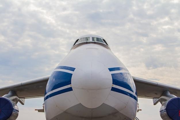 Кабина грузового самолета крупным планом