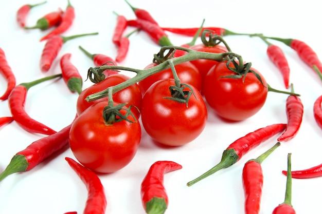 枝と唐辛子に赤いチェリートマト