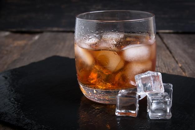 強いアルコール飲料。氷とウイスキー
