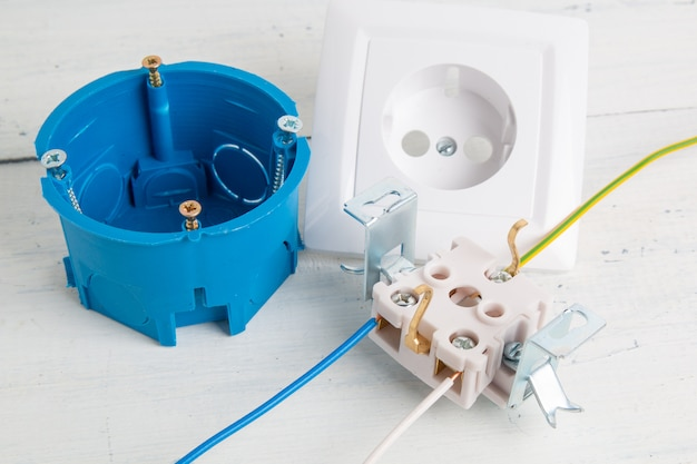 Электрическая розетка и коробка для резки