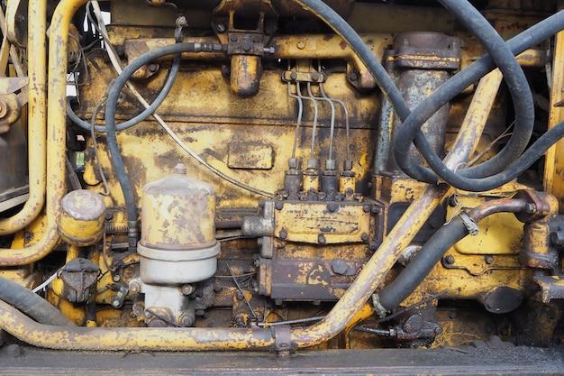 黄色の古いトラクターエンジンモーターをクローズアップ