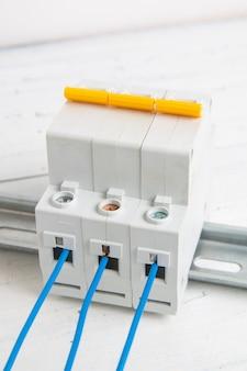 ワイヤーが接続された電気回路ブレーカー