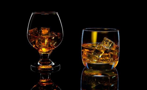氷とスコッチウイスキーのグラスのセット