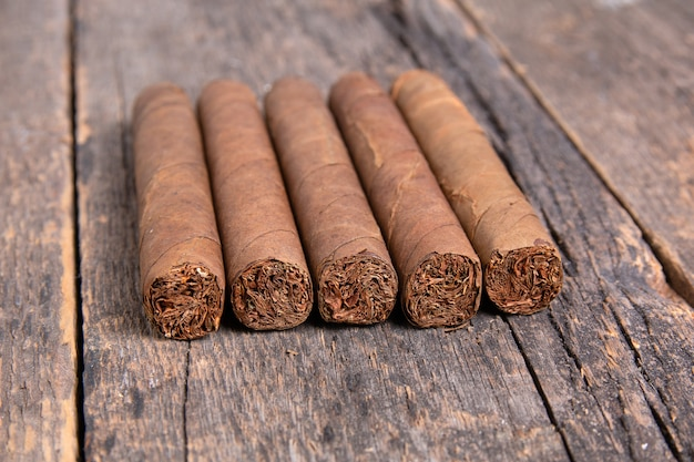 Кубинские сигары на деревянном столе