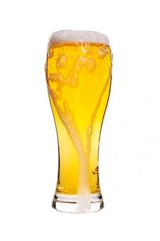 白い背景で隔離のガラスのラガードラフトビール