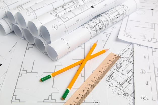 紙の建築図面、青写真、鉛筆と定規。エンジニアリング設計図