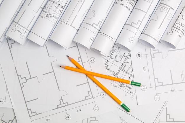 紙の建築図面、青写真と鉛筆。エンジニアリング設計図