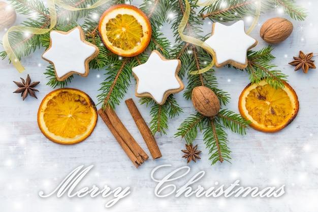 白い木の上のクリスマスの装飾。