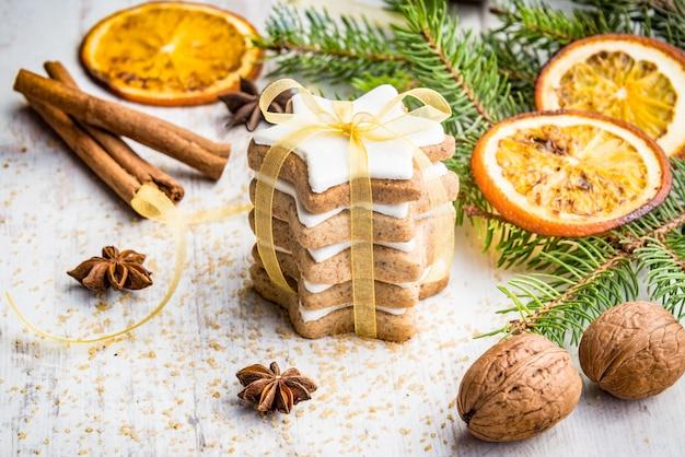 自家製のバターナッツの星の形をした白い木の上のクッキーでクリスマスの装飾。