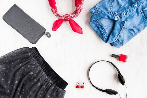 容女性服とアクセサリーの平面図。